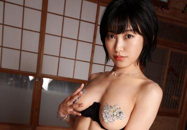 Hカップグラドル【咲村良子】大胆に股間を見せつける疑似セックスのエロい動画